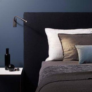 aranżacja sypialni z brązowymi kinkietami nad szafką