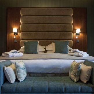 aranżacja sypialni z kinkietami nad łóżkiem do czytania