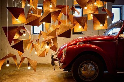 aranżacja zardzewiałych lamp wiszących - wiele zarówek