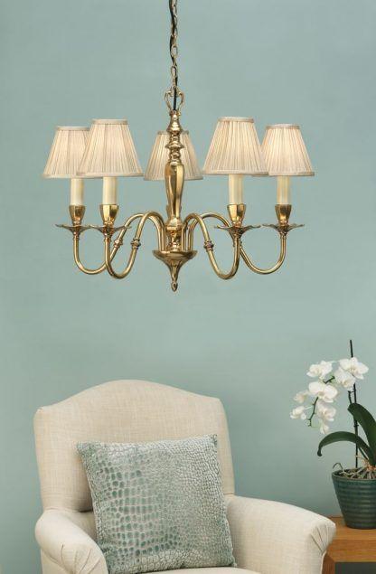 asquith złoty żyrandol na błękitnej ścianie