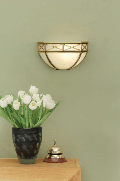 bannerman szklany kinkiet na zielonej ścianie mosiądz
