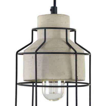 betonowa lampa wisząca z czarnymi prętami