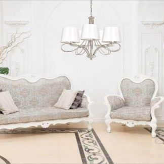 Beżowa aranżacja salonu z lampami z abażurami