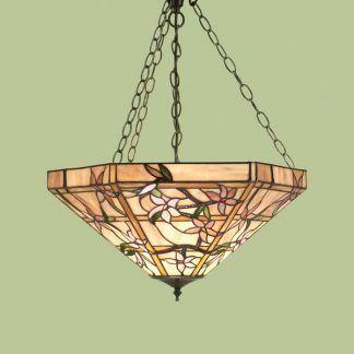 beżowa witrażowa lampa wisząca na zielonej ścianie