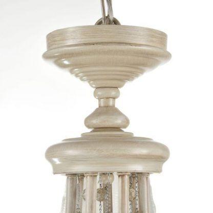 beżowy żyrandol z dekoracjami vintage