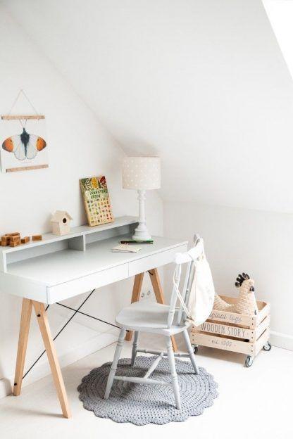 Beżowym abażur w kropki na białym biurku