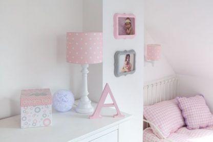Biała aranżacja ścian lampa z różowym abażurem
