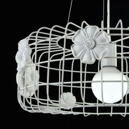biała ażurowa lampa wisząca w kwiaty