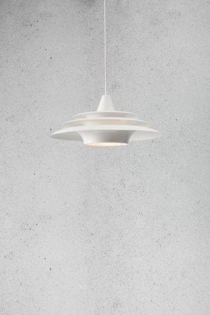 biała designerska lampa wisząca szara ściana