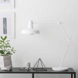biała lampa stołowa styl skandynawski aranżacja