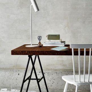 biała lampa biurkowa betonowa ściana aranżacja