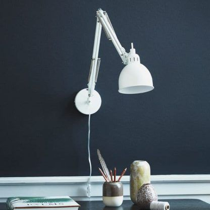 biała lampa biurkowa do ściany ciemnej - kreślarska do komputera