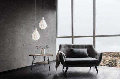 biała lampa na betonowej ścianie aranżacja salon