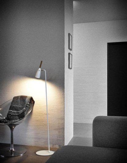 biała lampa podłogowa nowoczesna do szarego salonu i ścian
