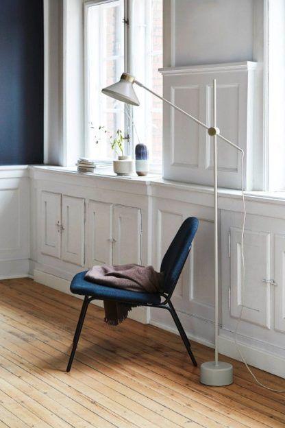 biała lampa podłogowa salon scandi aranżacja