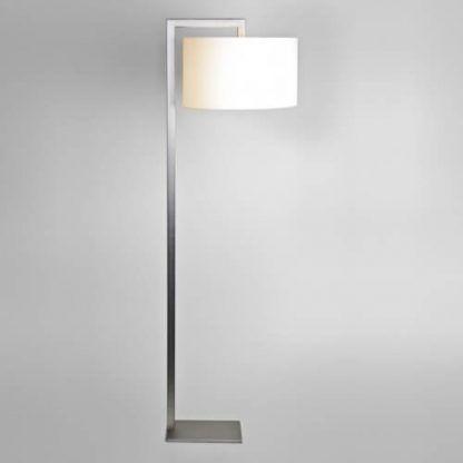 biała lampa podłogowa wysoka na prostym ramieniu