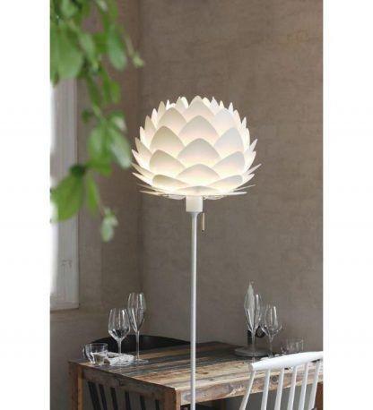 biała lampa podłogowa z kloszem do restauracji