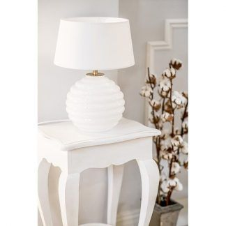 biała lampa stołowa na biały stolik - z abażurem do salonu
