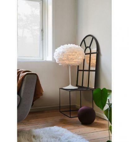 biała lampa stołowa na czarny stoliczek