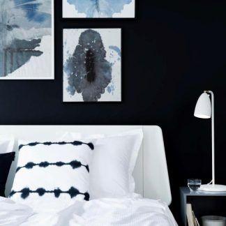 biała lampa stołowa w granatowej sypialni aranżacja