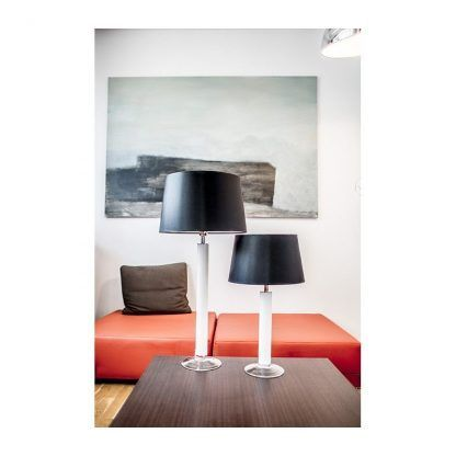 biała lampa stołowa z czarnym abażurem salon