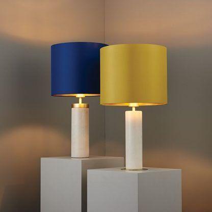 biała lampa stołowa z marmuru, kolorowy abażur