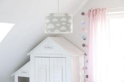 Pokój z różowymi zasłonami z szarą lampą w chmurki