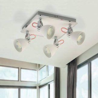 Biała lampa sufitowa do salonu na tle brązowych zasłon