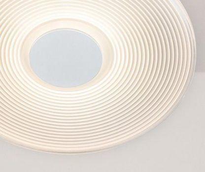 biała lampa sufitowa z prążkowanym kloszem