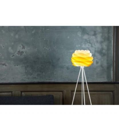 biała lampa tripod z żółtym kloszem na betonowej ścianie