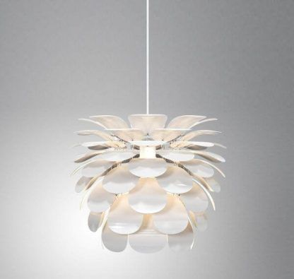 Biała lampa w kształcie kwiatu do szarych ścian