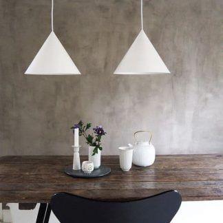 biała lampa wisząca na betonowej ścianie aranżacja