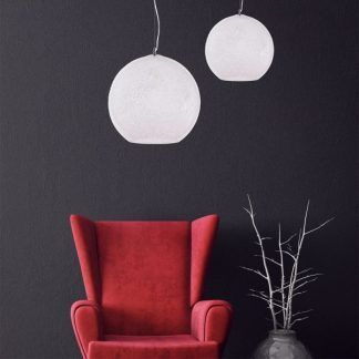 biała lampa wisząca na szarej ścianie czerwony fotel