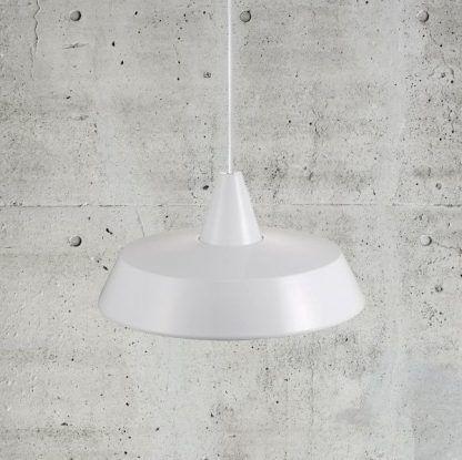 biała lampa wisząca na tle szarej ściany z tynku dekoracyjnego