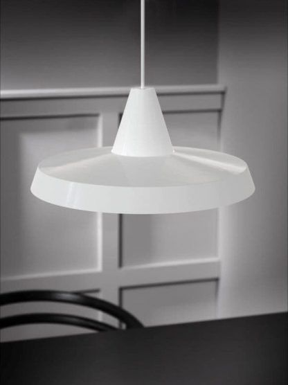 biała lampa wisząca nad stół płask klosz