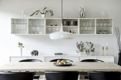 biała lampa wisząca nad stół w kuchni - duża
