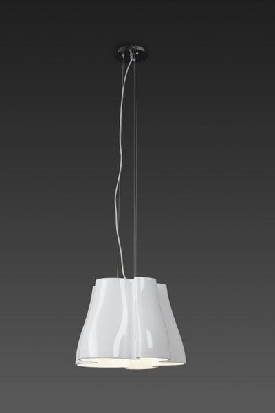 biała lampa wisząca o ciekawym kloszu na ciemnej ścianie