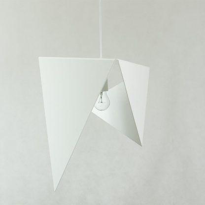 biała lampa wiszaca - trójkąty wygięte ze stali