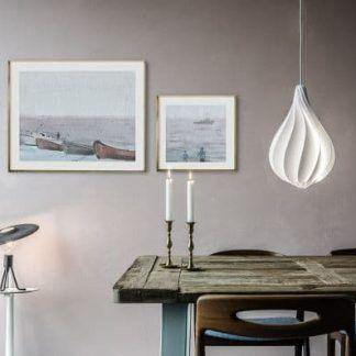 biała lampa wisząca w jadalni aranżacja