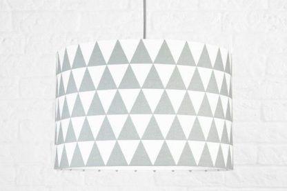 biała lampa wisząca w szare trójkąty dla dziecka