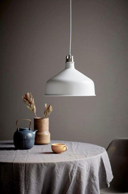 Biała lampa wisząca w szarej aranżacji jadalni