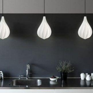 biała lampa wisząca w szarej kuchni aranżacja