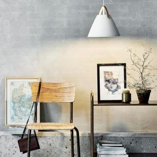 biała lampa wisząca w szarym salonie