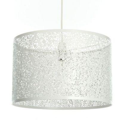 biała lampa wisząca z ażurowym kloszem kwiaty