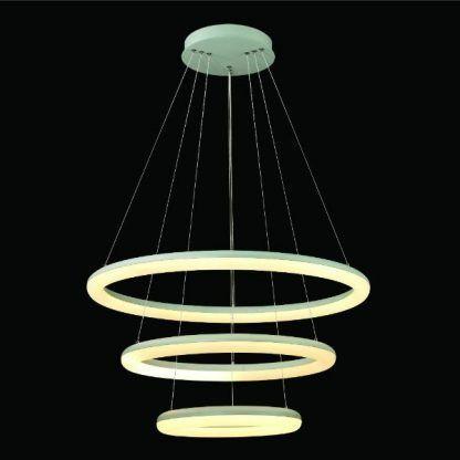 biała lampa wisząca z trzema ringami