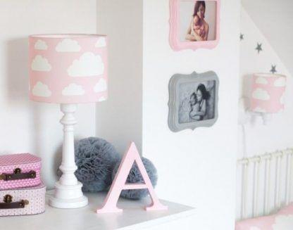 Biała lampa z różowym abażurem w chmurki
