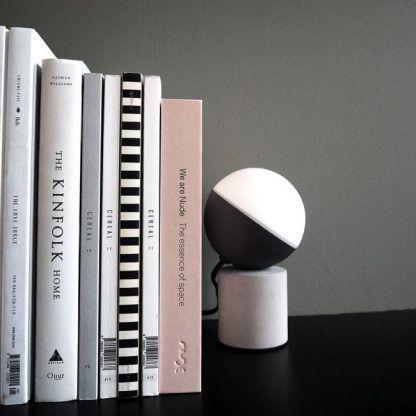 Biała lampka stołowa Fabian