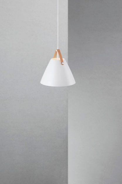 biała matowa lampa wisząca w stylu skandynawskim