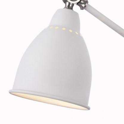 biała metalowa lampa podłogowa z regulacją