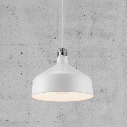 Biała metalowa lampa w szarej aranżacji ścian